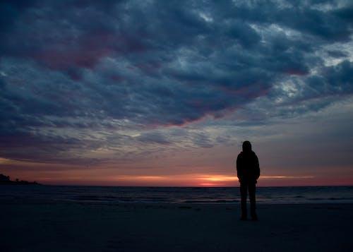 シルエット, 一人旅人, 夜明け, 日の出の無料の写真素材