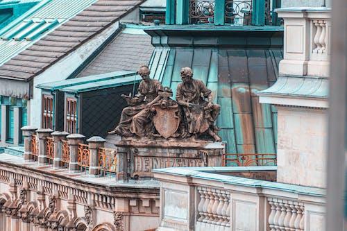 Fotografie Der Zwei Personen Statue Oben Am Gebäude