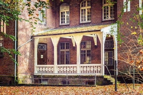 Foto profissional grátis de arquitetura, construção, janelas, ladrilhos