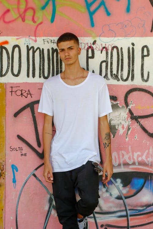Immagine gratuita di graffiti, indossare, muro, persona