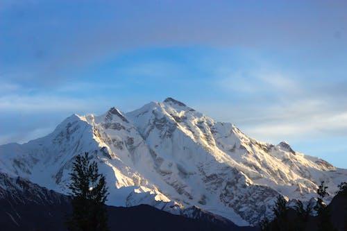 Kostenloses Stock Foto zu blauer himmel, blick auf die berge, schneebedeckten berg, tal