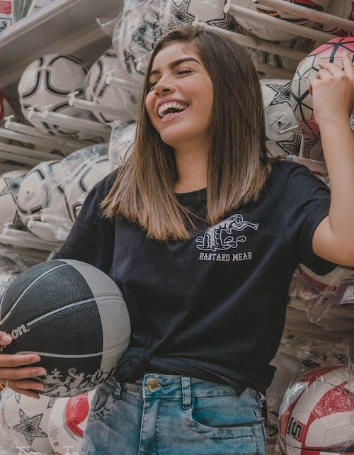 Безкоштовне стокове фото на тему «баскетбол, жінка, красива жінка, кулі»