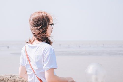 Безкоштовне стокове фото на тему «біла футболка, берег, берег моря, брюнетка»