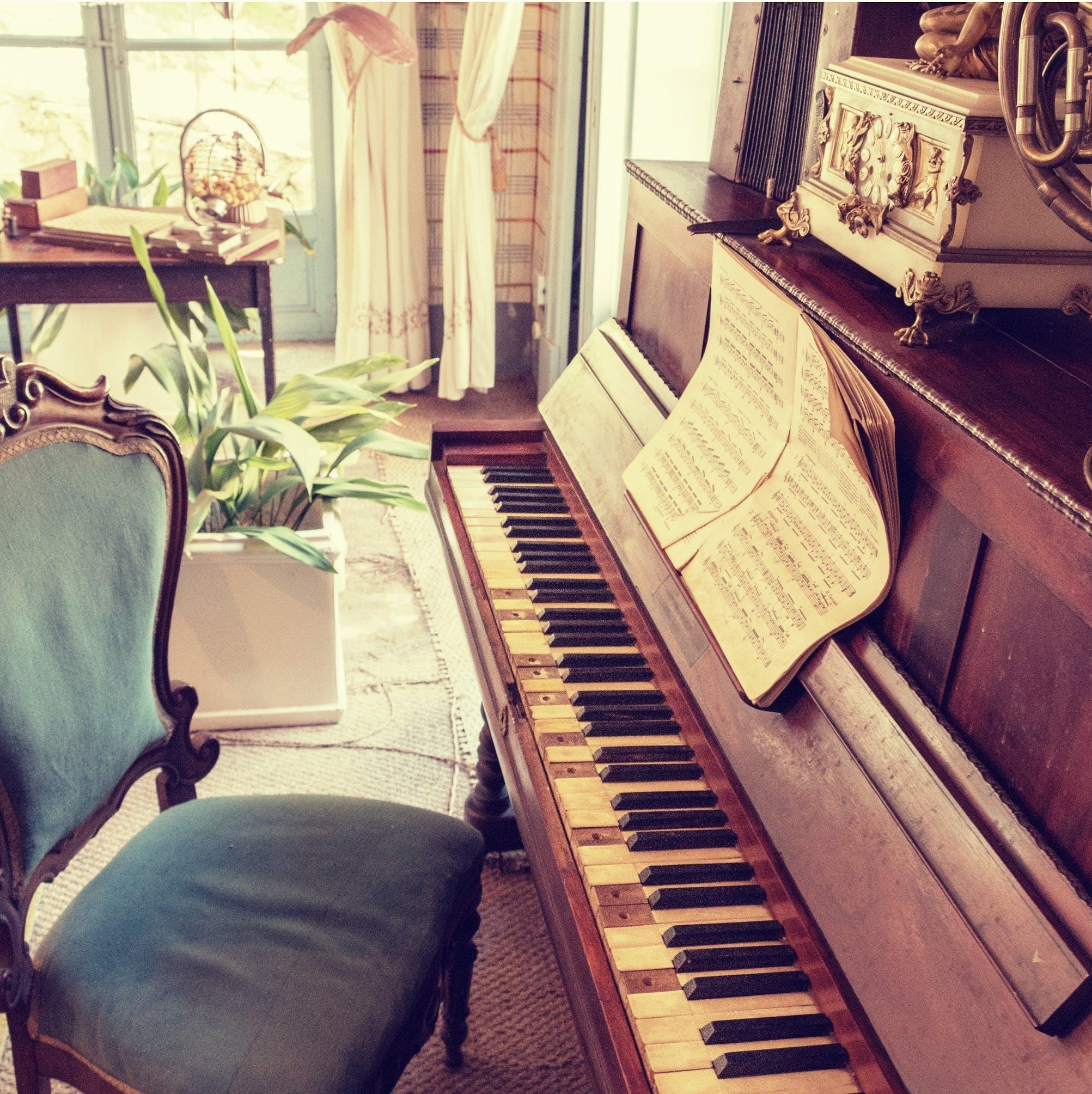 Безкоштовне стокове фото на тему «музика, музичний інструмент, ноти, стілець»