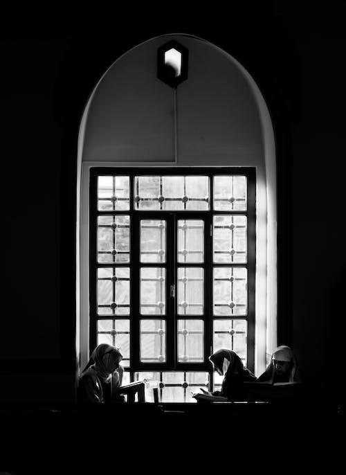 Frau In Der Nähe Von Fenster