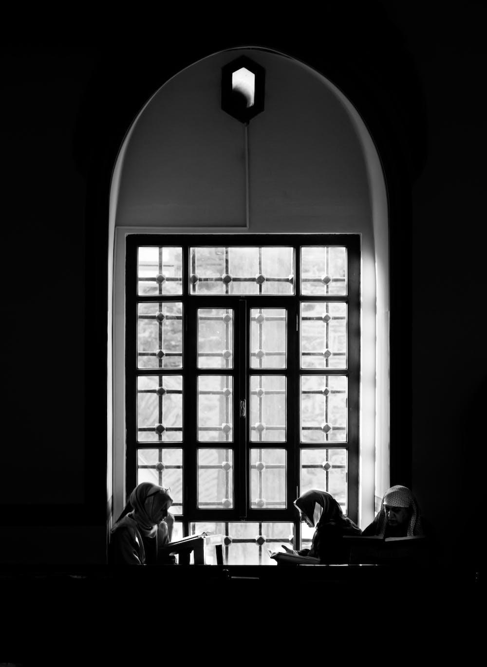 Nuns at the table. | Photo: Pexels