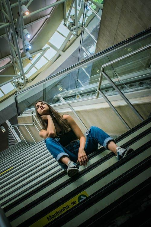 Foto d'estoc gratuïta de assegut, dona, Dona bonica, escales