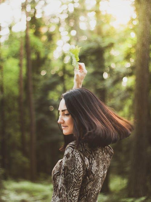 smilling, 갈색 머리, 나무, 사진 촬영의 무료 스톡 사진