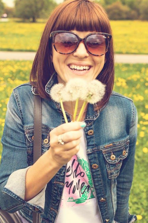 Безкоштовне стокове фото на тему «брюнетка, весна, Гарний, джинсова куртка»