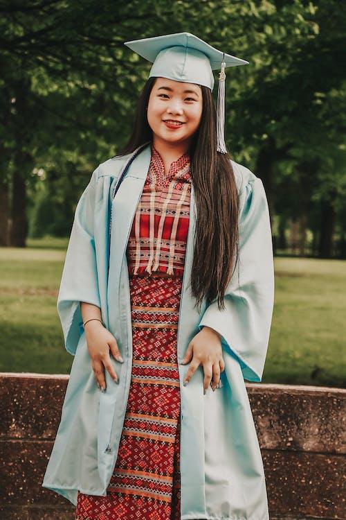 Asyalı kadın, ayakta, esmer, fotoğraf çekimi içeren Ücretsiz stok fotoğraf