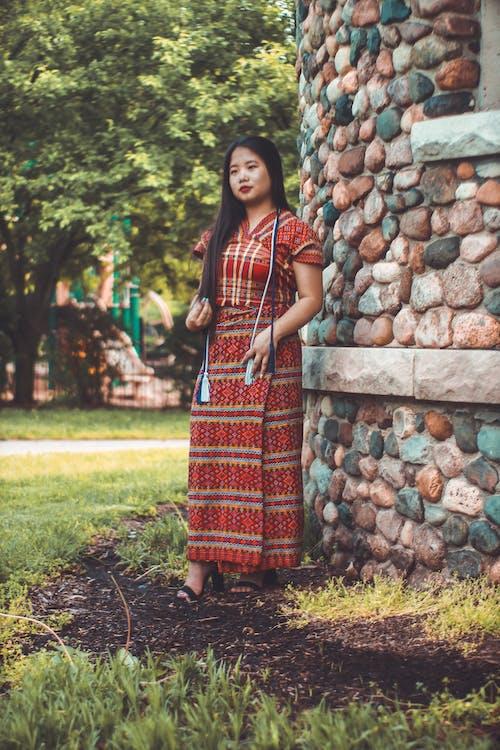 공원, 돌담, 드레스, 사람의 무료 스톡 사진