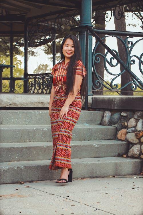 Asyalı kadın, ayakta, çardak, esmer içeren Ücretsiz stok fotoğraf