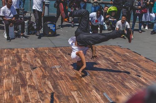 Безкоштовне стокове фото на тему «брейк-данс, Вулична фотографія, вуличний виконавець, міська сцена»