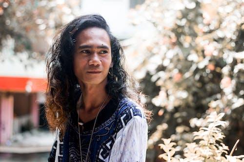긴 머리, 남자, 다른 곳을 바라보는, 도시의의 무료 스톡 사진