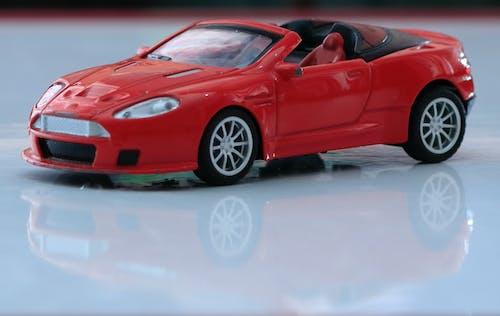 Бесплатное стоковое фото с автомобиль, автомобильные огни, игрушечная машинка, красный