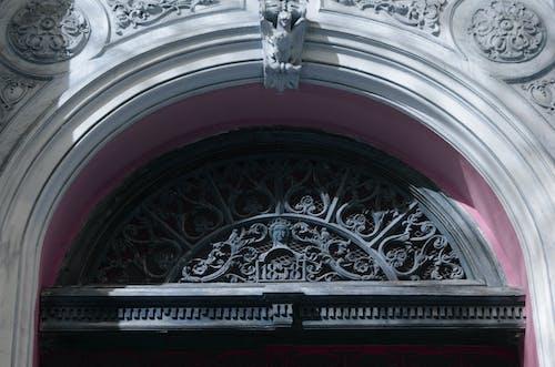 Kostenloses Stock Foto zu alt, architektur, detail, über der tür