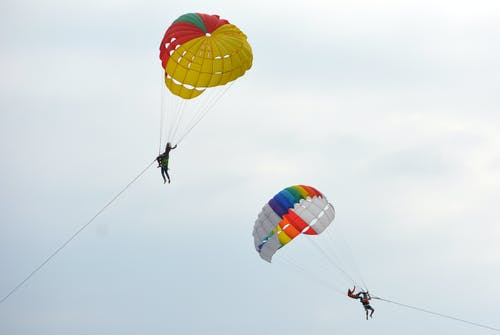 Darmowe zdjęcie z galerii z niebo, paralotniarstwo, paralotnie, parasailing