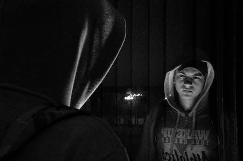 Základová fotografie zdarma na téma černobílá, dialog, dolů, lampa