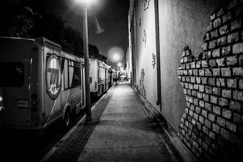 Základová fotografie zdarma na téma černobílý, dlažba, dopravní systém, noc