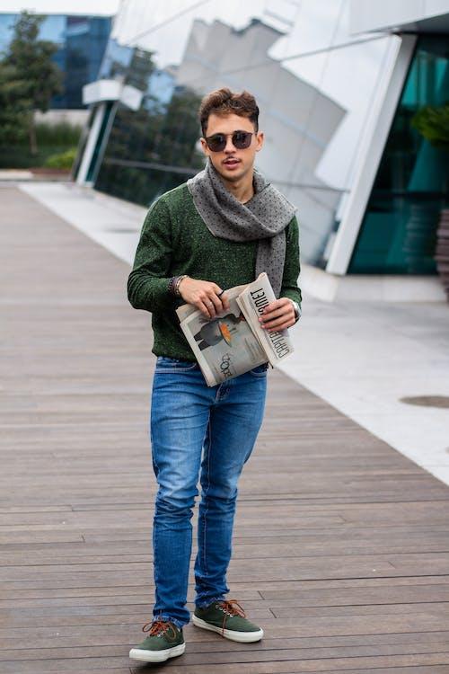 人, 休閒裝, 圍巾, 報紙 的 免費圖庫相片