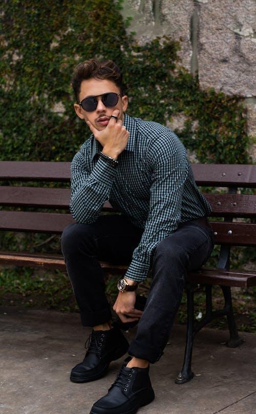 人, 休閒裝, 坐, 墨鏡 的 免费素材照片