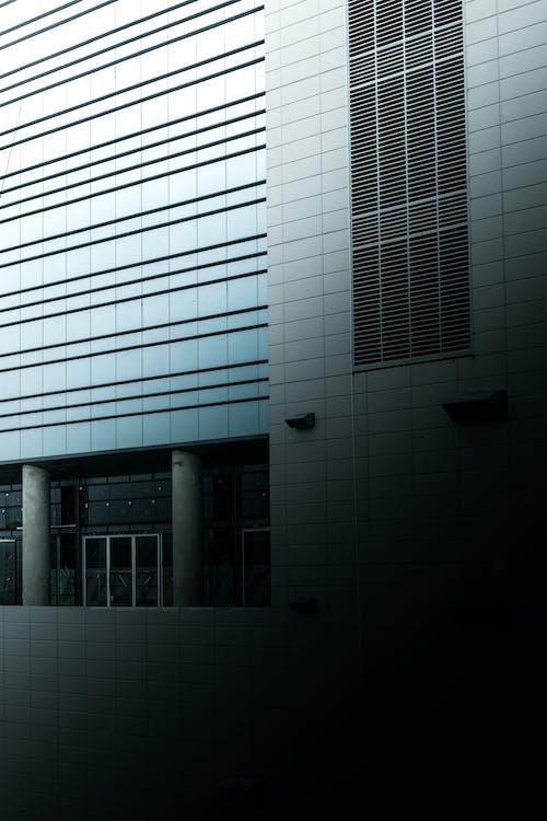 Архитектурная фотография серого здания
