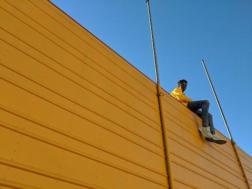 Ilmainen kuvapankkikuva tunnisteilla afroamerikkalainen mies, arkkitehtuuri, asu, keltainen