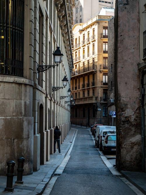 Foto stok gratis bangunan apartemen, barcelona, jalan tua, sempit