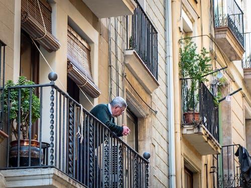 Foto stok gratis balkon, gedung apartemen, pria tua