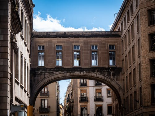 Foto stok gratis bangunan, barcelona, la rambla, langit biru