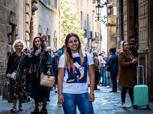 Foto stok gratis barcelona, gadis itu tersenyum, jalan yang sibuk, la rambla