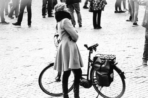 Fotobanka sbezplatnými fotkami na tému bicykel, bicykle, centrum mesta, čierna a biela