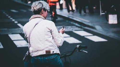 Fotobanka sbezplatnými fotkami na tému bicykel, cyklista, fotografia ulice, motocyklista