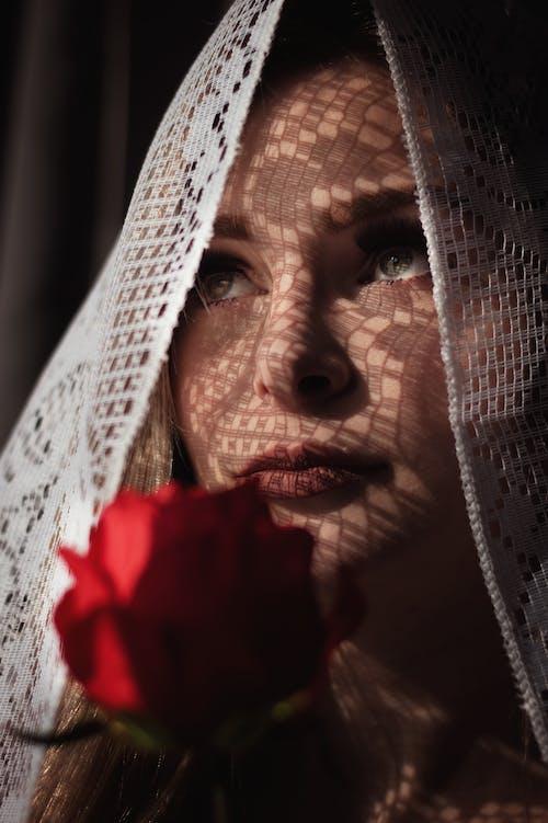 Женщина в вуали с красной розой