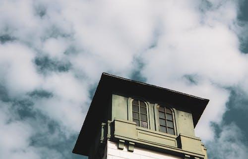Kostenloses Stock Foto zu architektur, architekturdesign, aufnahme von unten, bewölkter himmel