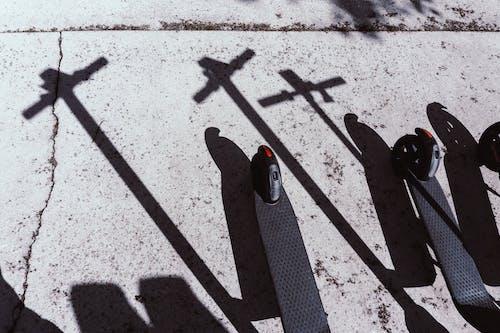 Základová fotografie zdarma na téma černá, denní světlo, dlažba, dopravní systém