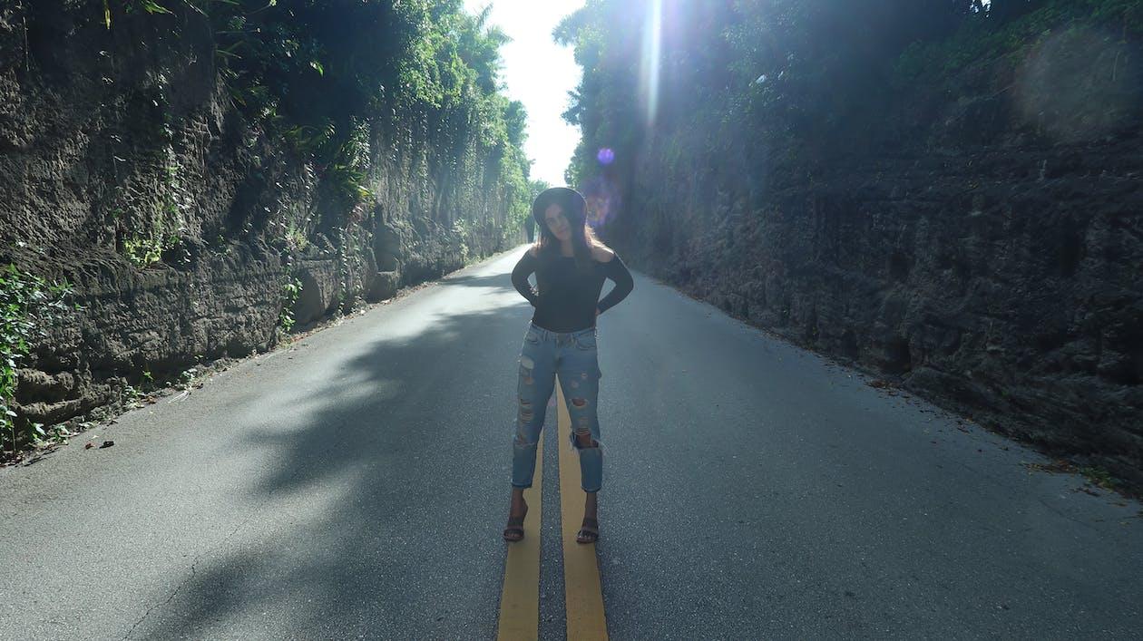 bruneta, cesta, dievča
