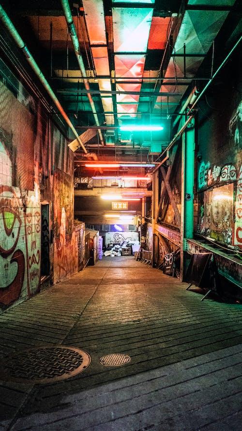 Δωρεάν στοκ φωτογραφιών με γκράφιτι, δρομάκι, νέον, φώτα νέον