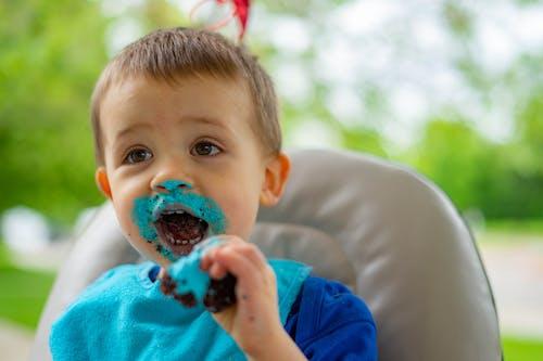 Fotobanka sbezplatnými fotkami na tému cupcake, dieťa, jedenie, narodeniny