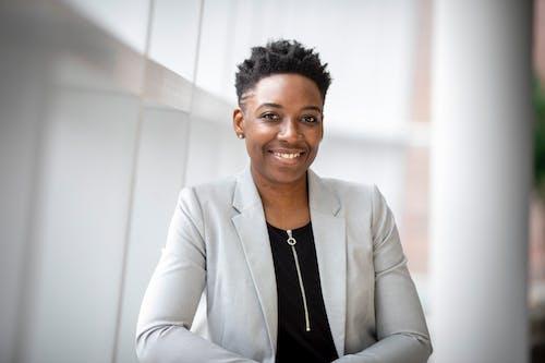 Kostenloses Stock Foto zu afroamerikaner-frau, büro, business, drinnen