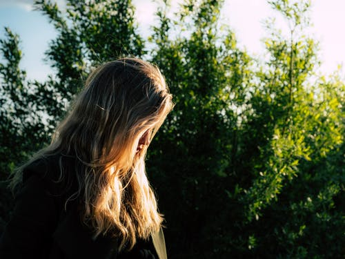 Безкоштовне стокове фото на тему «блондинка, вид збоку, волосина, глибина різкості»