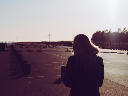 Безкоштовне стокове фото на тему «вітряки, вид ззаду, дорога, жінка»