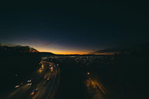 Ilmainen kuvapankkikuva tunnisteilla ajorata, asfaltti, auringonlasku, autot