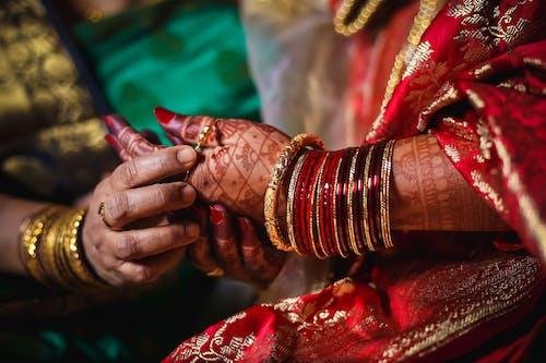 傳統, 傳統服飾, 女人手鐲到另一個女人的手, 女性 的 免費圖庫相片