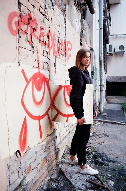 Fotobanka sbezplatnými fotkami na tému atraktívny, bruneta, bunda, čierne džínsy