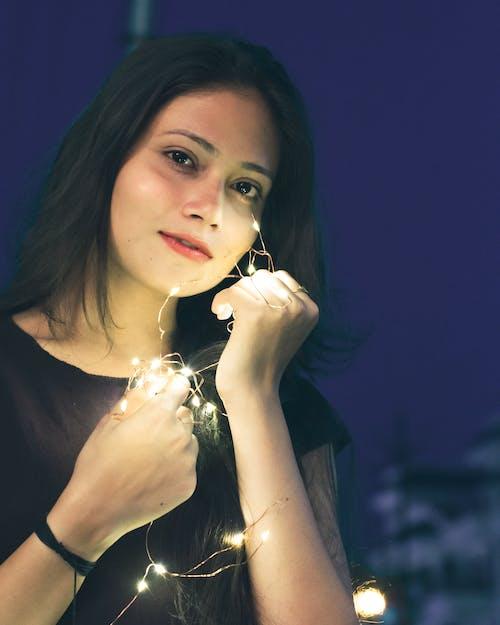 Darmowe zdjęcie z galerii z azjatycka dziewczyna, lampki, piękna dziewczyna