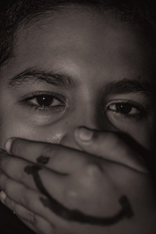 erkek çocuk, hüzünlü, mesut, üzgün gözler içeren Ücretsiz stok fotoğraf