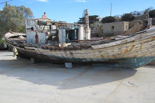 Foto d'estoc gratuïta de abandonat, arbres, barca, barca de pesca