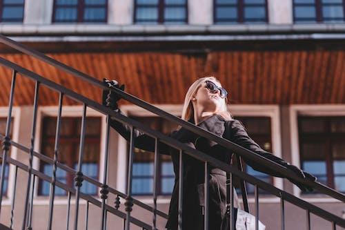Бесплатное стоковое фото с Взрослый, городской, дневной свет, женщина