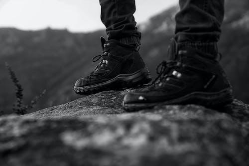 Darmowe zdjęcie z galerii z buty, buty turystyczne, czarno-biały, głębia pola